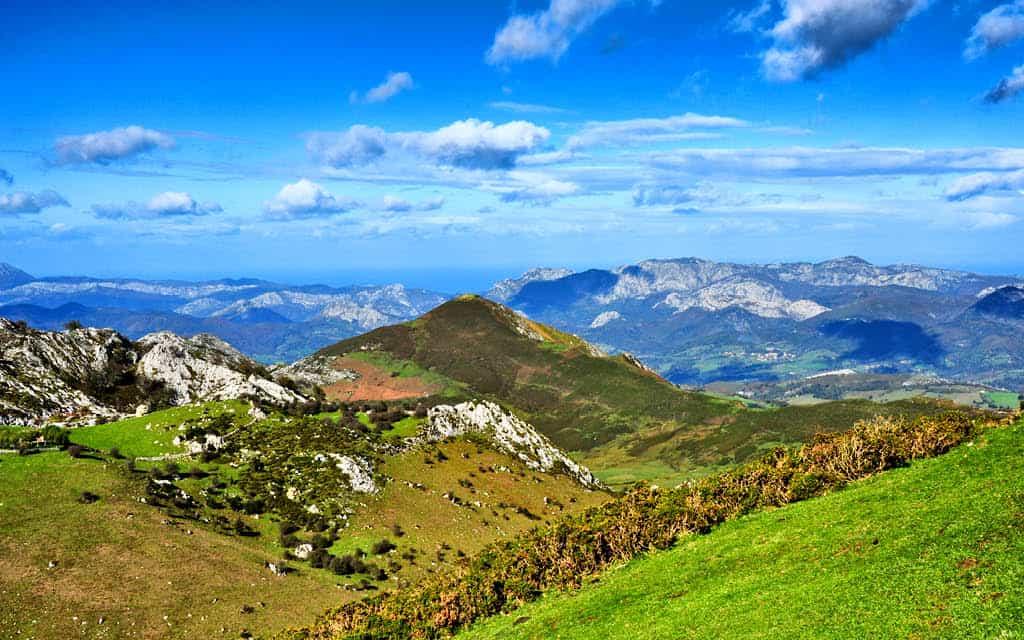 El Parque Nacional Picos de Europa es uno de los lugares increíbles de Asturias para visitar en otoño