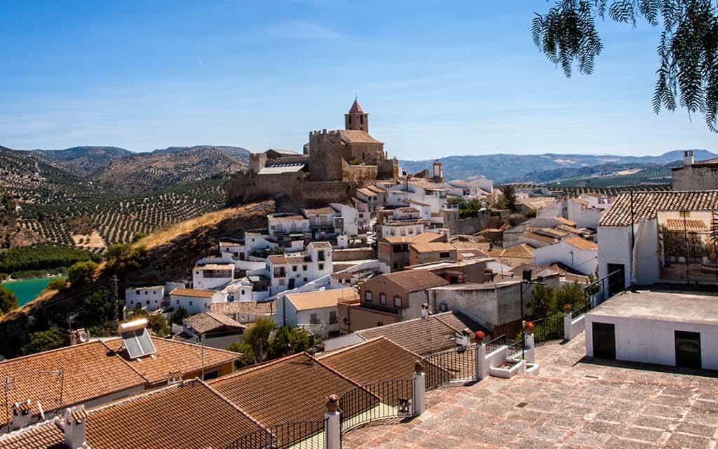 Iznájar es uno de esos pueblos con encanto en Andalucía que debes visitar